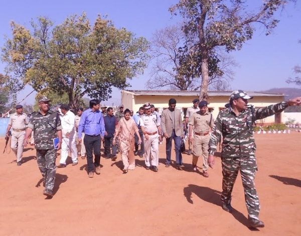 <p>Jharkhand Chief Secretary Rajbala Verma who along with DGP DK Pandey visited Latehar and reviewed Saryu Action Plan was greeted by organisers of the district administration in Latehar.</p>…