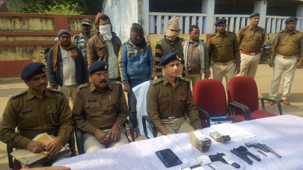 <p>देवघर पुलिस अधीक्षक नरेंद्र कुमार सिंह द्वारा आज प्रेस वार्ता कर पिछले दिनों हुए घटना के उदभेदन के संबंध में जानकारी दी गई कि स्पेशल टास्क फोर्स का गठन कर देवघर पुलिस द्वारा लगातार…