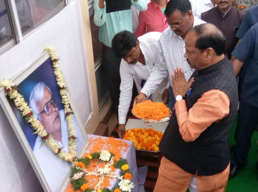 <p>मुख्यमंत्री रघुवर दास ने पूर्व मंत्री स्व. देवदयाल कुशवाहा जी के पैतृक आवास हज़ारीबाग के दारु प्रखंड स्थित झुमरा में स्व. देवदयाल कुशवाहा जी के चित्र पर माल्यार्पण कर श्रद्धांजलि…