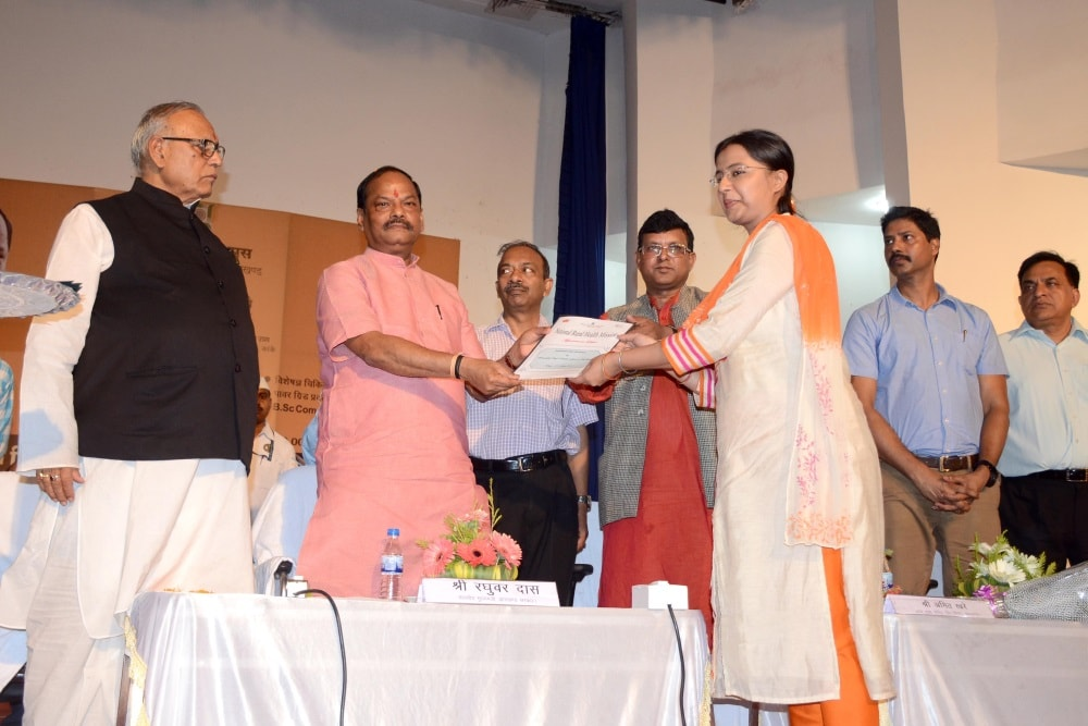 <p>Chief Minister Raghubar Das hands over a appointment letter to a Doctor during the inaugural ceremony of Mechanized Laundry system and newly built stadium at RIMS premises in Ranchi…