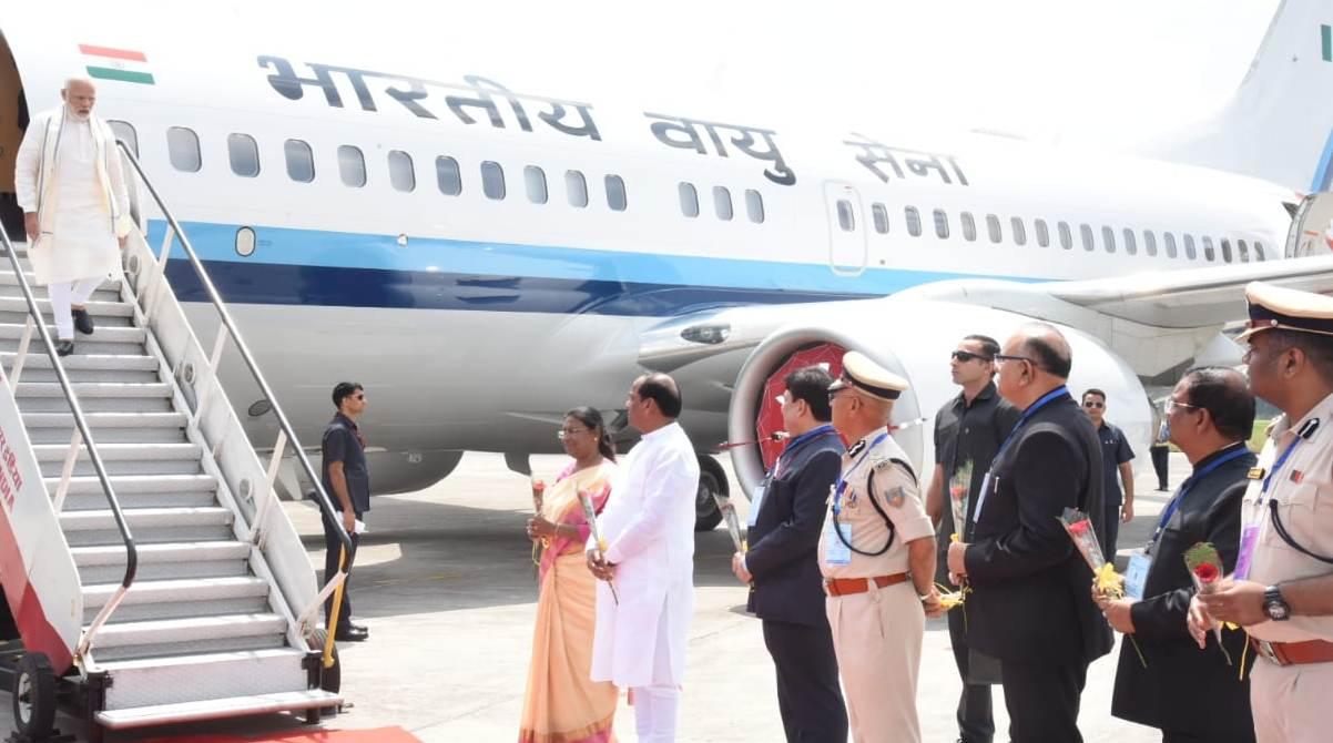 <p>भारत के प्रधानमंत्री नरेंद्र मोदी का रांची हवाई अड्डे पर झारखंड की राज्यपाल द्रौपदी मुर्मू तथा झारखंड के मुख्यमंत्री रघुवर दास ने स्वागत किया।</p>