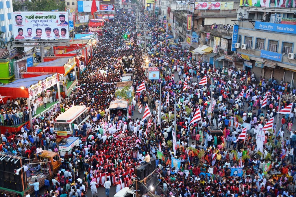 <p>Thousands of people from the tribal community participating in the Sarhul festival (Sobha Yatra) celebrations in Ranchi on Tuesday.</p>