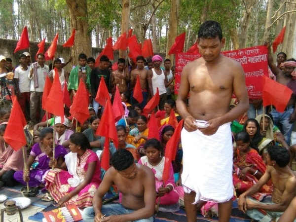 <p>Tribals under the banner of Akhil Bharatiya Krantikari Adivasi Mahasabha took out a rally and held dharna infront of Nawamundi subdivision office in West Singhbhum in protest…