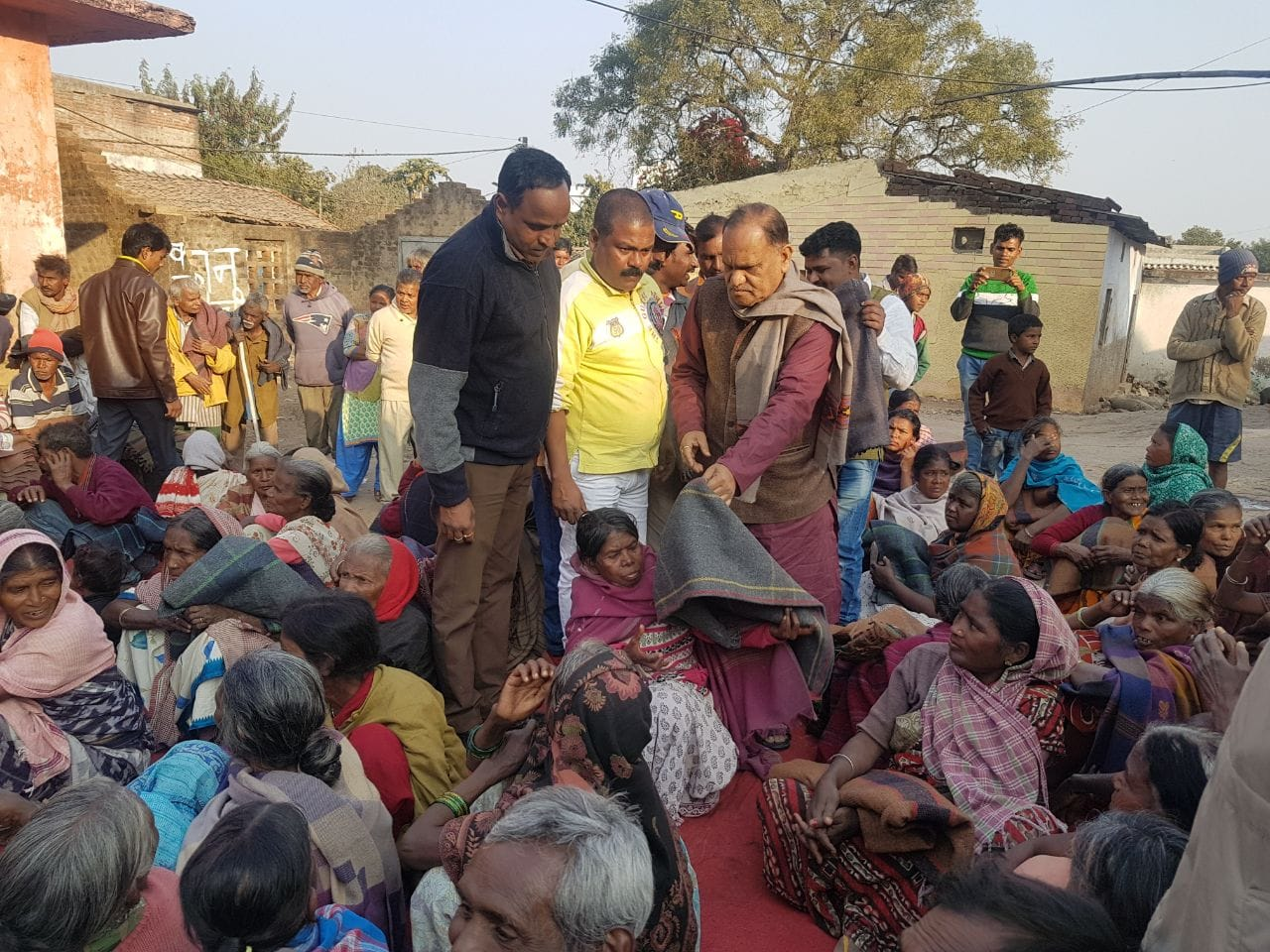 <p>Minister CP Singh today distributed blankets among the needy at Hatma village of Ranchi.</p>