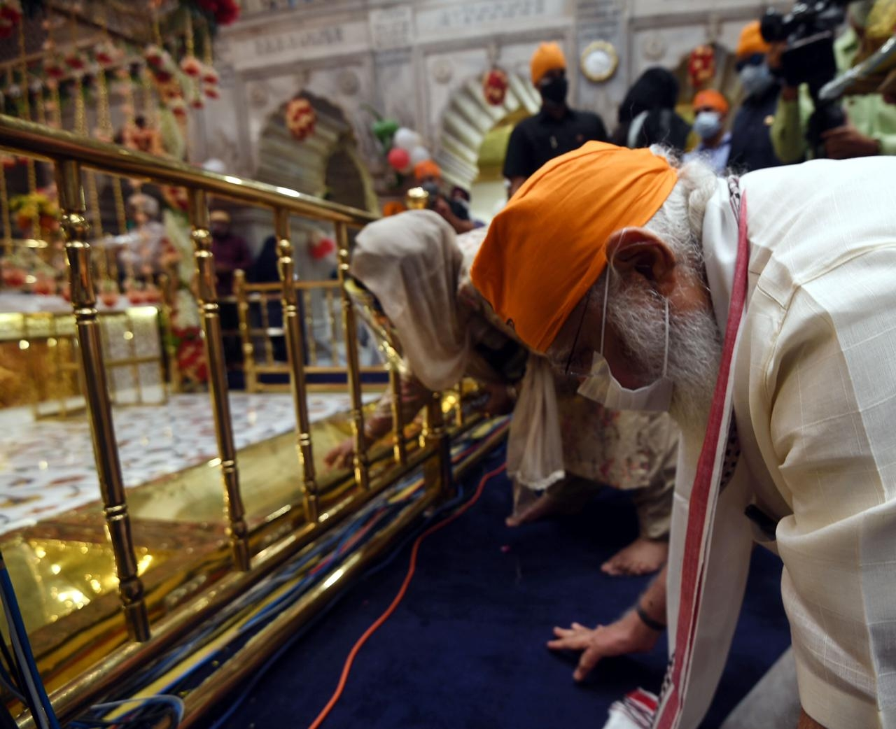 <p>Today morning, PM Narendra Modi visited Sis Ganj Gurudwara in New Delhi and prayed there.He visited there without a security route & special security arrangements at the…