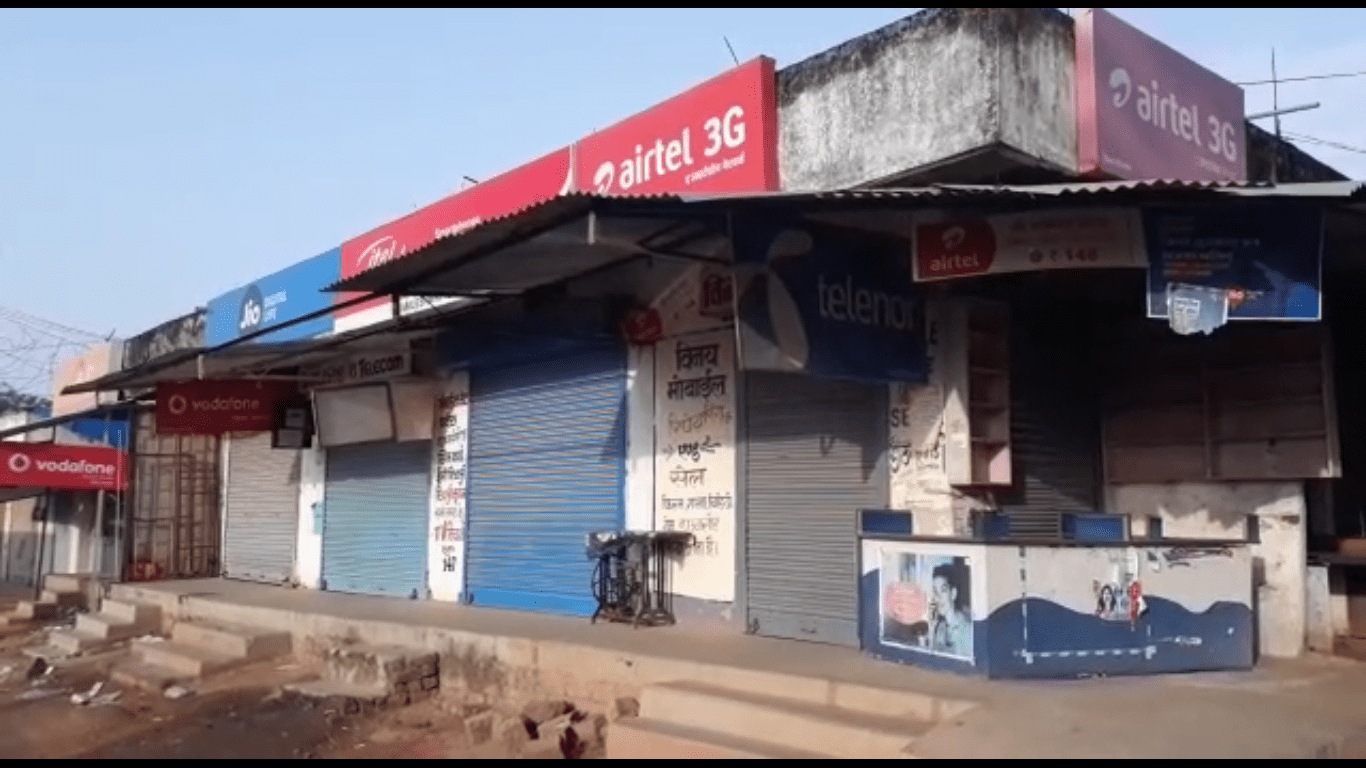 <p>Jharkhand Bandh called by the banned organisation PLFI, today saw total closure of shops and offices in Simdega.Vehicles were also off the road.</p>