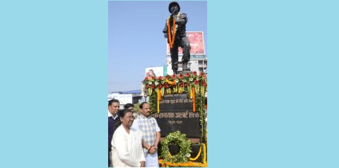 <p>Governor Draupadi Murmu and Chief Minister Raghubar Das paid homage to Paramveer Albert Ekka on his death anniversary at Albert Ekka chowk in Ranchi on Sunday.</p>
