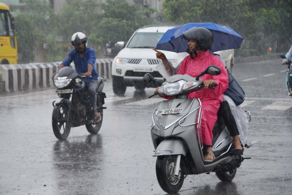 <p>Clouds in the sky and rains have made businessmen smile selling raincoats and umbrellas in Ranchi.</p>