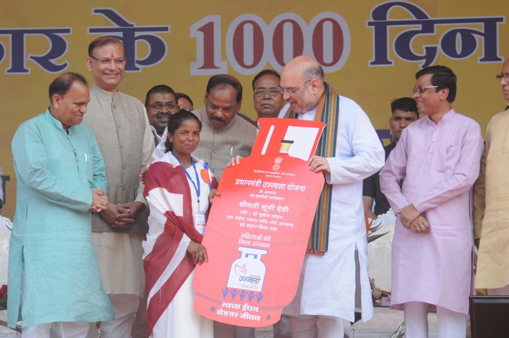 """<p>BJP National President Amit Shah distributes LPG Gascylinders during """"Garib Kalyan Mela""""on1000 days achievements of Government of Jharkhand during…"""