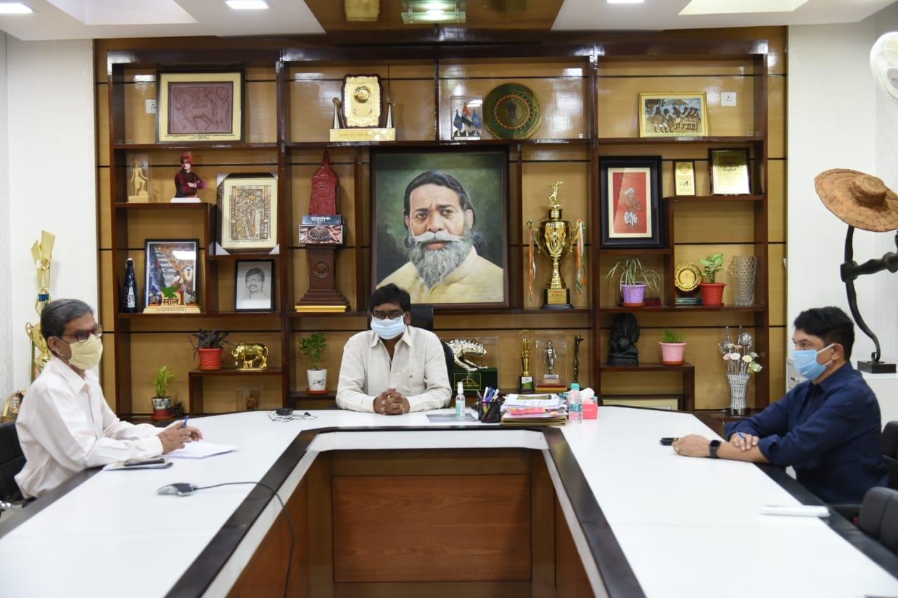 <p>मुख्यमंत्री आवास में वरीय अधिकारियों के साथ उच्च स्तरीय बैठक करते हुए मुख्यमंत्री श्री हेमन्त सोरेन ।</p>