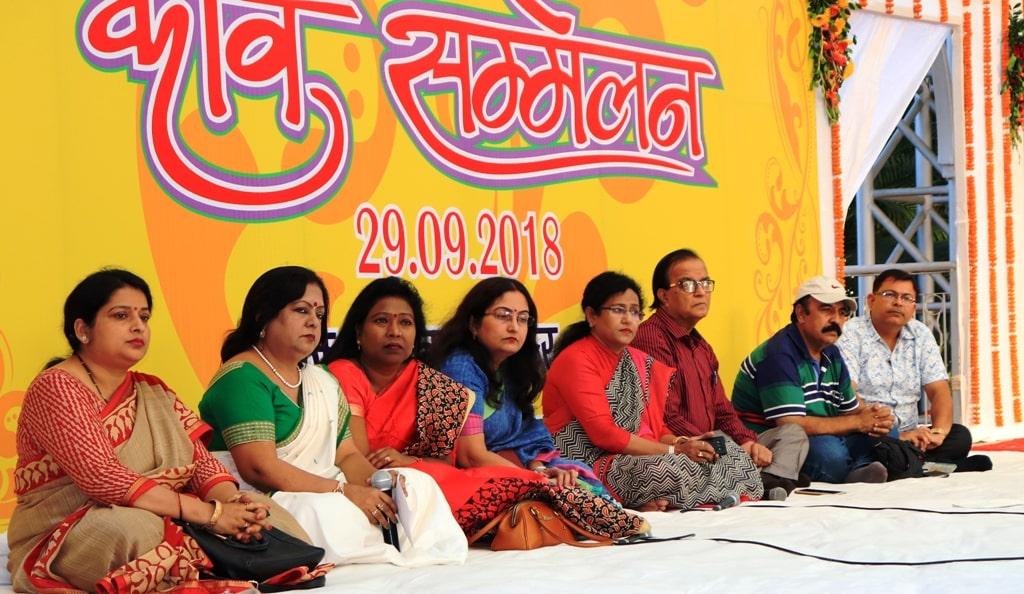 <p>राजभवन के बिरसा मंडप में हिन्दी पखवाड़ा के अंतर्गत आज कवि सम्मेलन का आयोजन किया गया |</p>