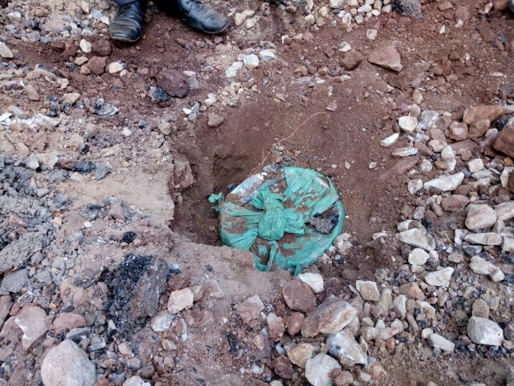<p>झारखंड के चाईबासा के छोटानागरा थाना अंतर्गत किरीबुरू-बाराजमदा मार्ग, सन्देल गेट से 80 किलो का केन बम बरामद किया गया ,जिला पुलिस व सीआरपीएफ टीम ने किया बरामद-केन बम को…