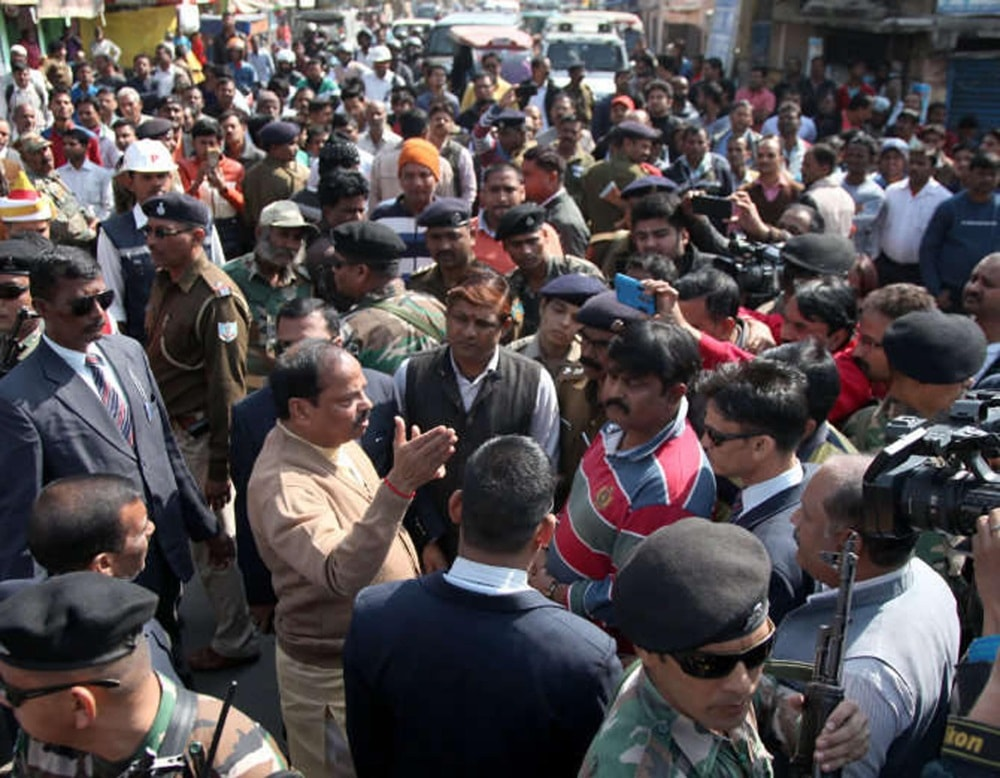 <p>Chief Minister Raghubar Das getting information on traffic problem after his motorcade was caught up in a huge traffic jam at Kishorgung Chowk in Ranchi on Friday.</p>