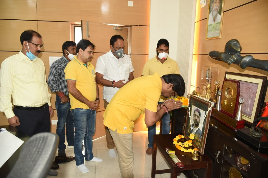 <p>CM Hemant Soren paid floral tributes to his elder brother Late Durga Soren on his 11th Death Anniversary in Ranchi on Thursday. He was accompanied by his supporters.</p>