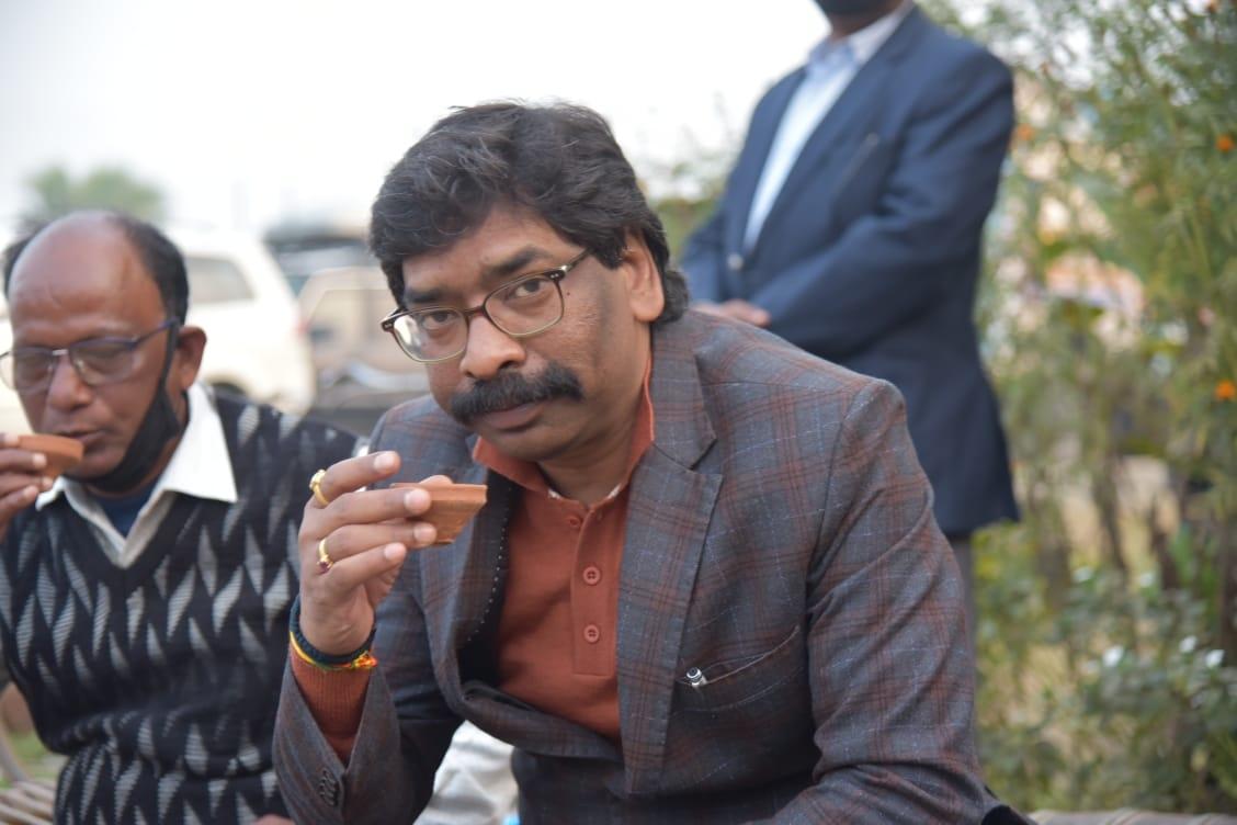 <p>पाकुड़ जिले के लिट्टीपाड़ा प्रखंड स्थित धर्मपुर मोड़ के पास चाय स्टॉल में चाय की चुस्की लेते हुए मुख्यमंत्री श्री हेमन्त सोरेन ।</p>