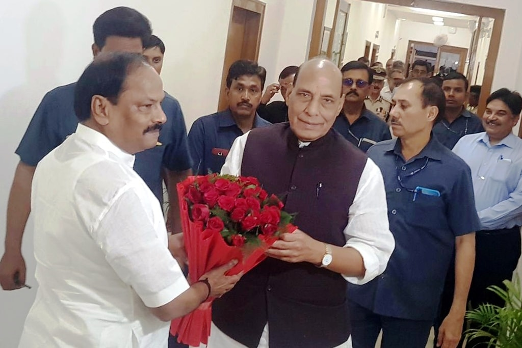 <p>Union Home Minister Rajnath Singh being welcomed by Jharkhand Chief Minister Raghubar Das before a high-level meeting at Project building secretariat in Ranchi on Friday.</p>