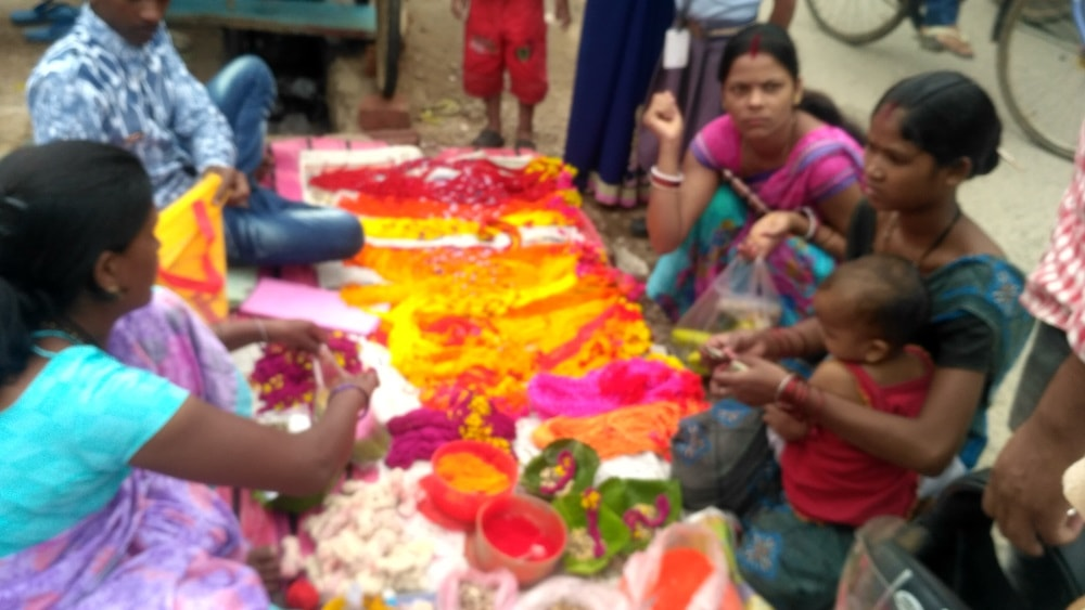 <p>Devotees purchasing puja items ahead Jitbahan puja festival near Ram mandir Upper Chutia Ranchi on Tuesday</p>