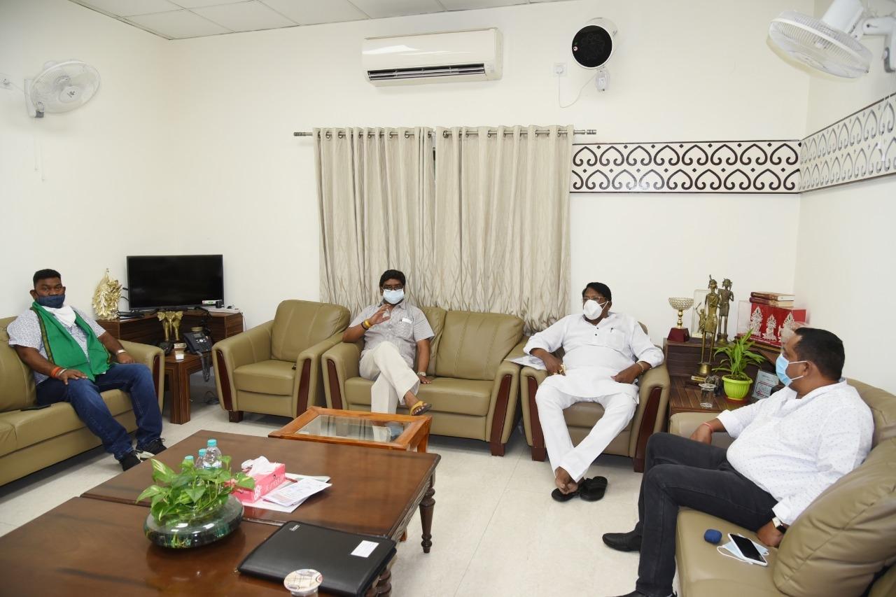<p>कांके रोड Ranchi स्थित मुख्यमंत्री आवास में राज्य में कोरोना संक्रमण के बढ़ते मामले को लेकर वित्त मंत्री श्री रामेश्वर उरांव, स्वास्थ्य मंत्री श्री बन्ना गुप्ता एवं श्रम मंत्री…