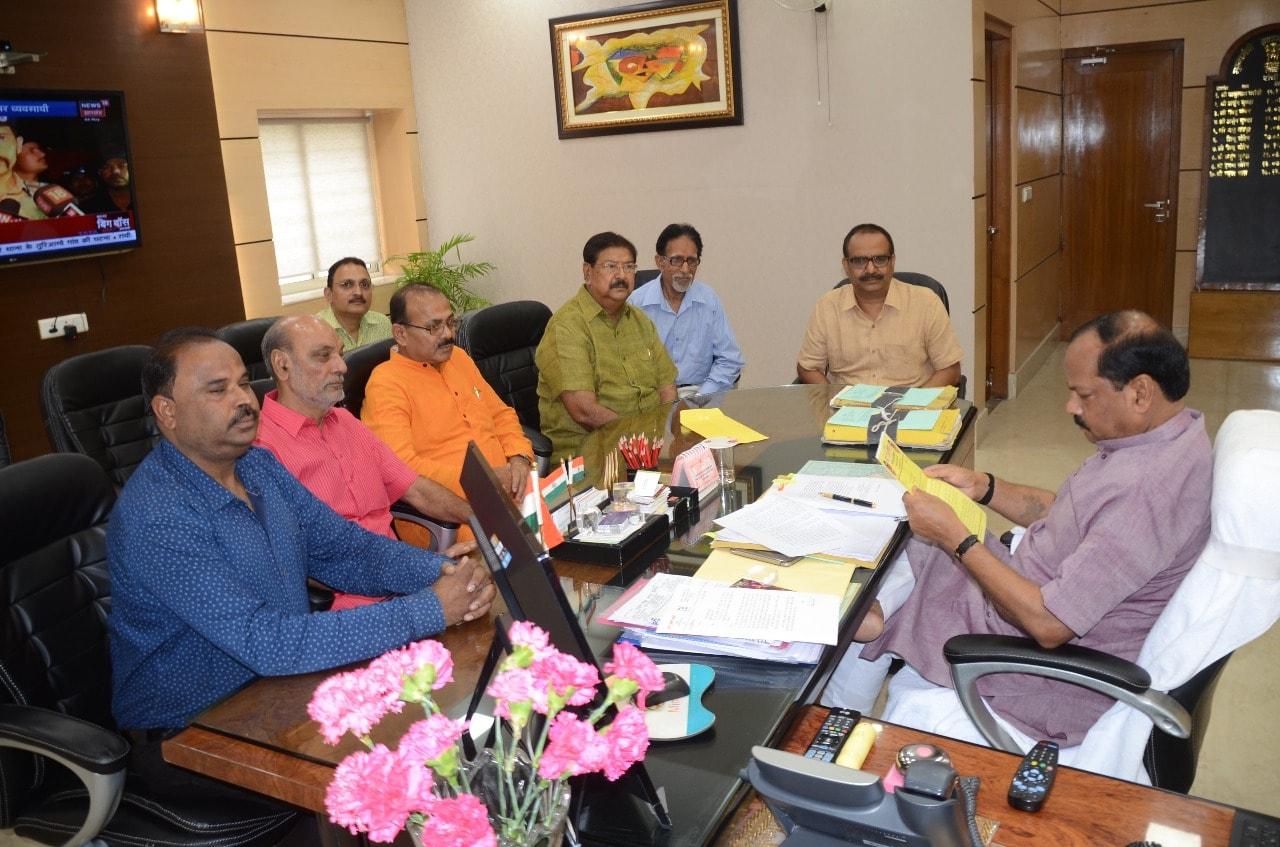 <p>आजमुख्यमंत्री श्री रघुवर दास से श्री शिव मंडल (पहाड़ी मंदिर)के प्रतिनिधिमंडल ने झारखंड मंत्रालय में मुलाकात किया |</p>
