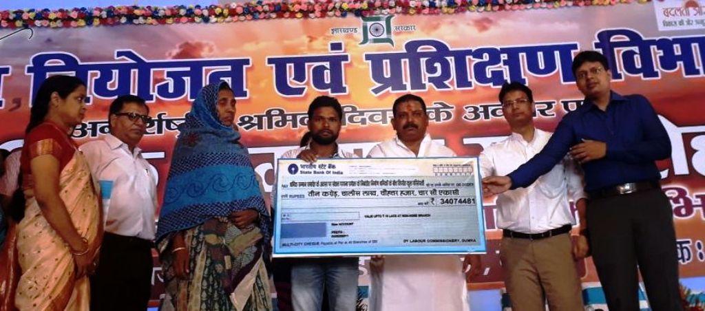 <p>देवघर- अंतर्राष्ट्रीय श्रमिक दिवस के अवसर पर आज श्री राजपलिवार, माननीय मंत्री श्रम नियोजन एवं प्रषिक्षण विभाग द्वारा देवघर में आयोजित ''श्रमिक सम्मान समारोह''…
