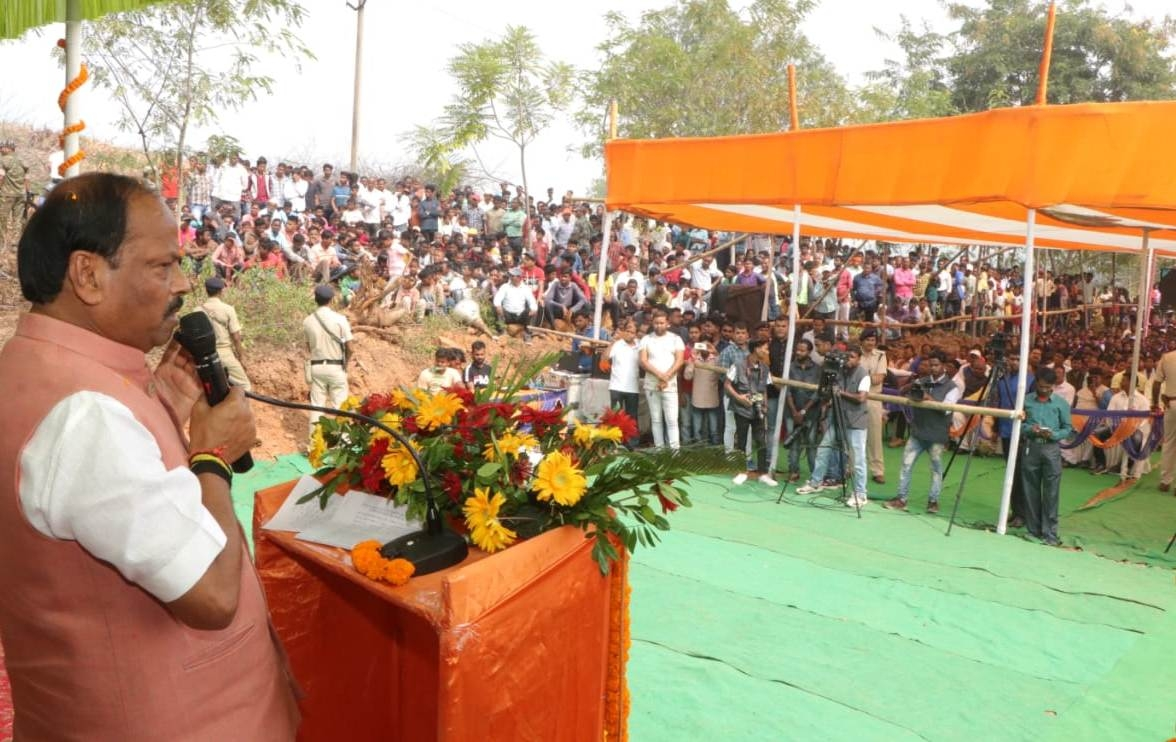 "<p>Jharkhand CM has inaugurated a textile plant at Chakme village in Ranchi district Budmu block.""The plant will provide employment to trained youths of the state',said Raghubar…"