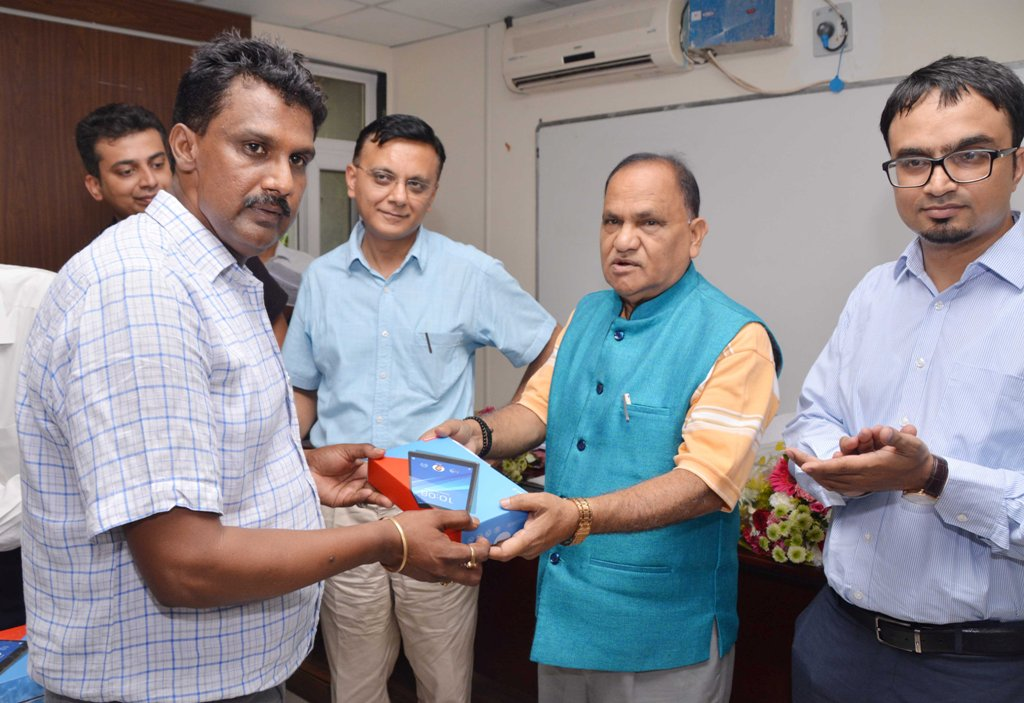 <p>Urban Development Minister CP Singh present a Tablet to Ranchi DTO Nagendra Paswan during the inaugural programme on Online Check Post Service at SKIPA in Ranchi on Wednesday. </p>…