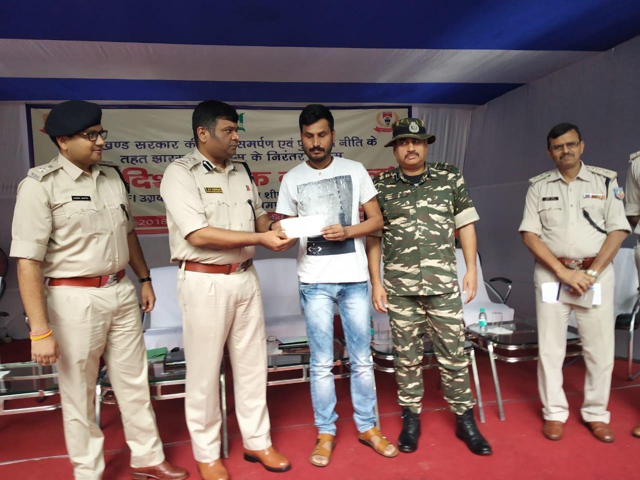 <p>राँची - PLFI का जोनल कमांडर और 10 लाख का इनामी नक्सली ने डीआईजी एवी होमकर और एसएसपी अनीश गुप्ता के समक्ष किया सरेंडर।</p>