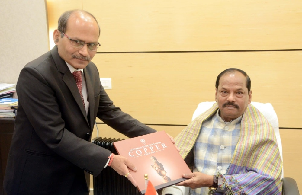<p>CMD Hindustan Copper Limited Santosh Sharma presenting a coffee table book to Chief Minister Raghubar Das during a meeting at Project building in Ranchi on Monday.</p>