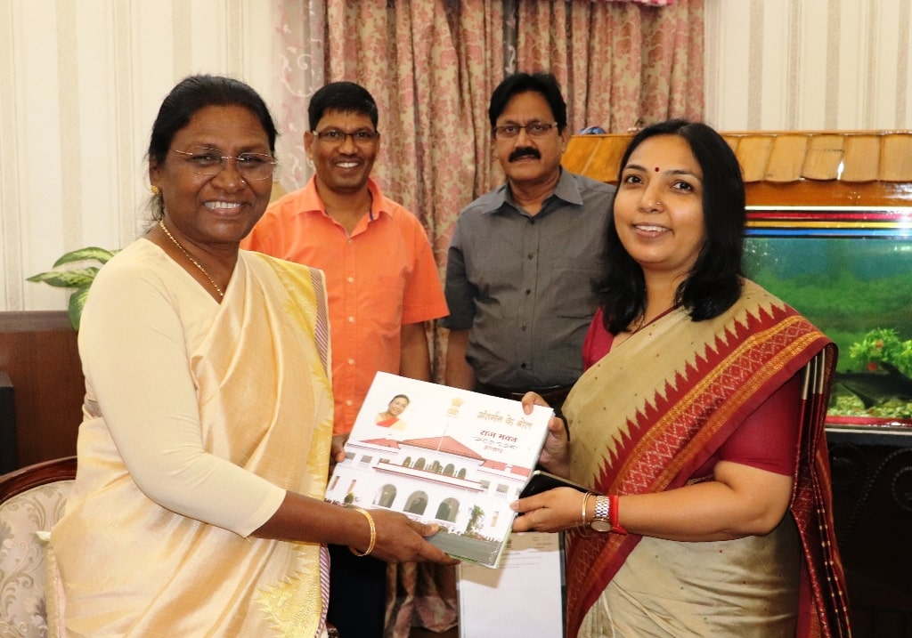 <p>Nidhi Khare, Principal Secretary of Health Department met Governor Draupadi Murmu in Raj Bhawan on Sunday. It was a courtesy call.</p>