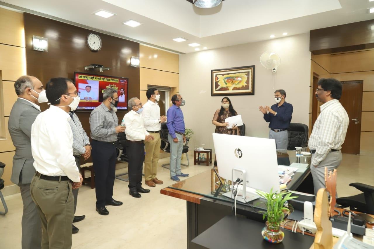 <p>मुख्यमंत्री श्री हेमन्त सोरेन को एक लाख एन-95 मास्क उपलब्ध कराने को लेकर लेटर ऑफ इनटेंट सौंपते हुए अरविंद ग्रुप ऑफ कंपनीज के कॉरपोरेट अफेयर्स हेड श्री अंकुर त्रिवेदी.</p>