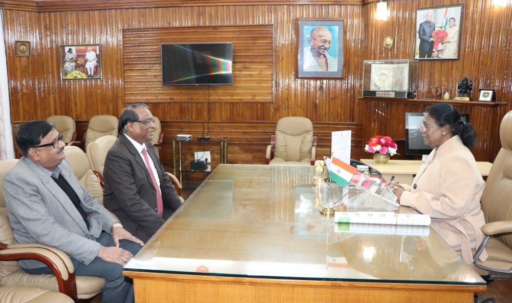 <p>माननीया राज्यपाल द्रौपदी मुर्मू से BIT मेसरा के कुलपति श्री एस कोनार एवं कुल सचिव श्री ए.पी कृष्णा ने शिष्टाचार मुलाकात की। on dated 04/01/2020</p>