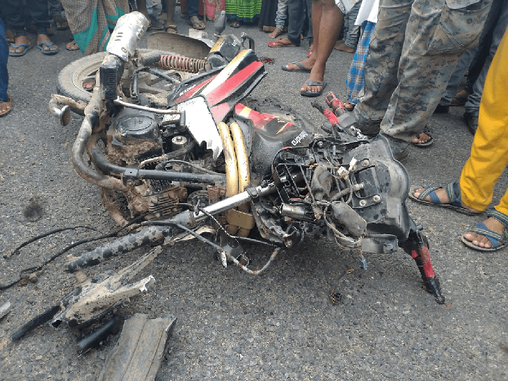 <p>Truck hits Bike causing two death in Palamau,Two mo-bike ridden men died today when an imbalanced running truck crushed them along Panki-Medni Nagar highway. Both died on the spot…