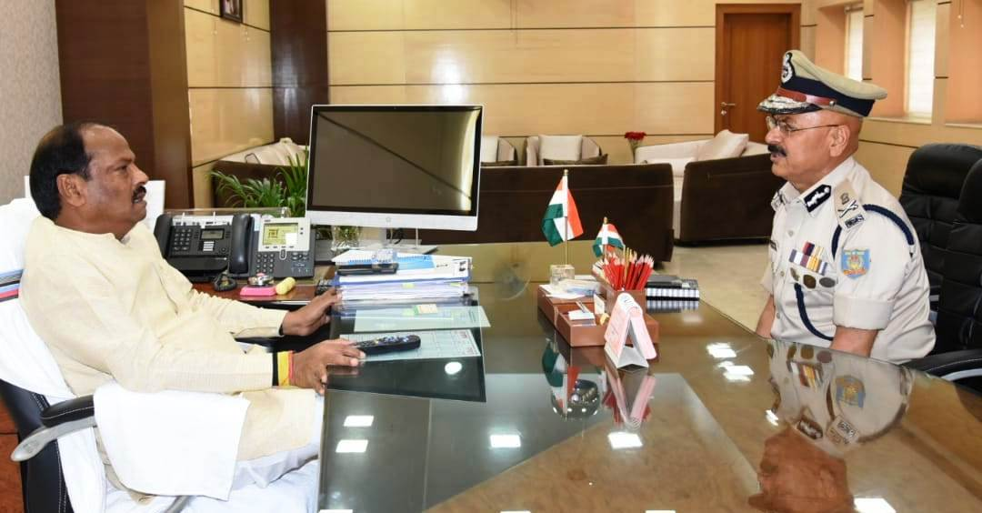 <p>The outgoing DGP of Jharkhand, DK Pandey, today met the Chief Minister Raghubar Das in Ranchi. It was a courtesy call.</p>