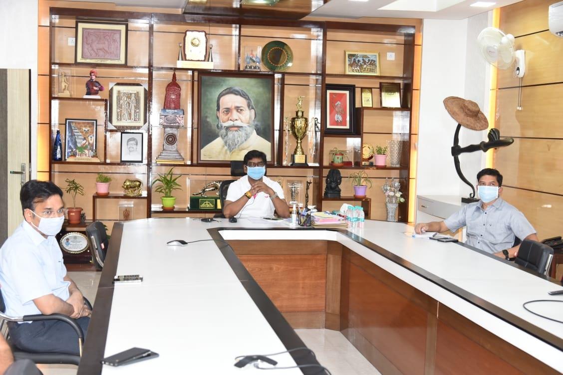 <p>मुख्यमंत्री श्री हेमन्त सोरेन ने आज अपने आवासीय कार्यालय से लिंडे इंडिया लिमिटेड के 4 लिक्विड मेडिकल ऑक्सीजन टैंकर को ऑनलाइन फ्लैगऑफ कर जमशेदपुर से दिल्ली के लिए रवाना किया।</p>…