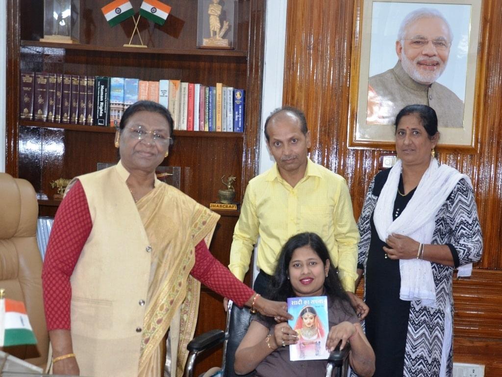 """<p>माननीया राज्यपाल द्रौपदी मुर्मू को स्वाति सिंह द्वारा लिखित पुस्तक """"शादी का सपना"""" राजभवन में भेंट किया गया। on dated 07/11/2019</p>"""
