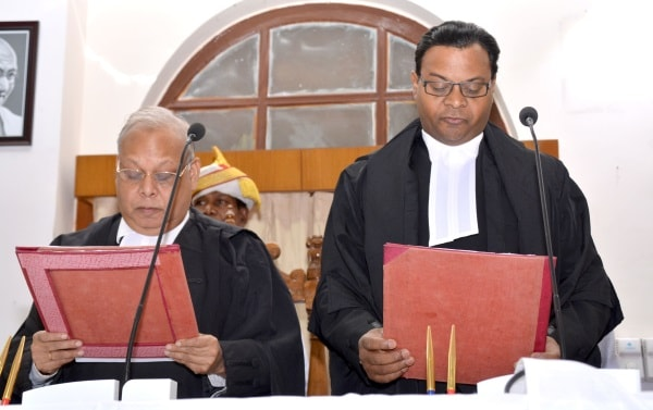 <p>Jharkhand High Court Chief Justice Pradeep Kumar Mohanty administered oath of office to Justice Jharkhand High Court Ratnakar Bhengra at Hight Court in Ranchi on Wednesday.</p>…