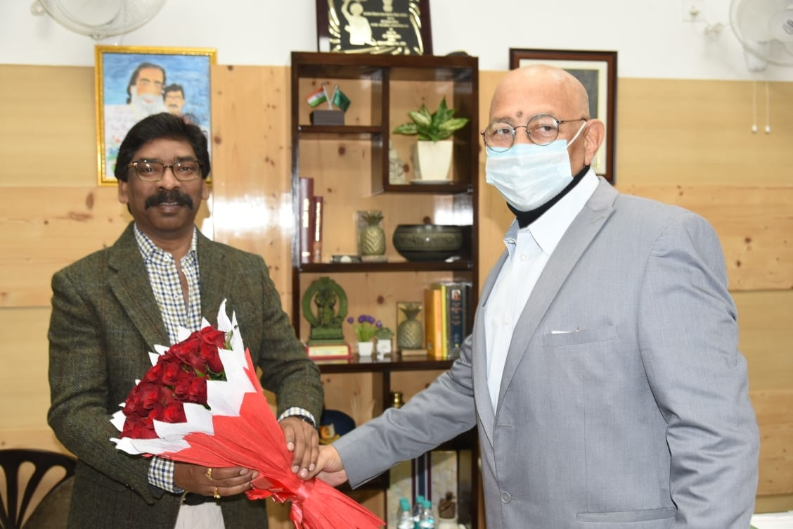 <p>मुख्यमंत्री आवास में मुख्यमंत्री श्री हेमन्त सोरेन को नववर्ष की शुभकामनाएं देते हुए मुख्य सचिव श्री सुखदेव सिंह और झारखंड लोक सेवा आयोग के अध्यक्ष श्री अमिताभ चौधरी।</p>