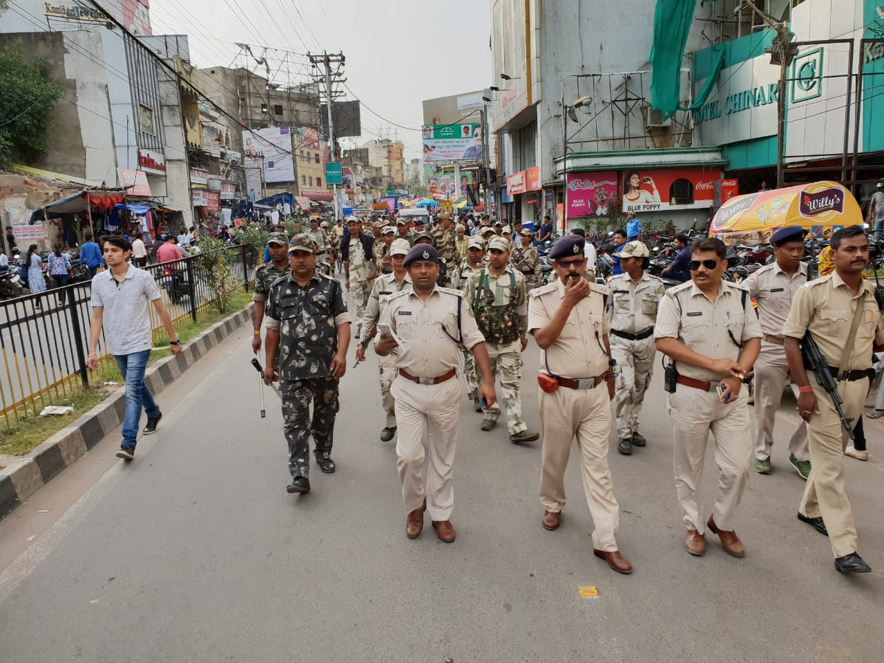 <p>Ranchi police conducted a Flag-march on the main road on Thursday.</p>