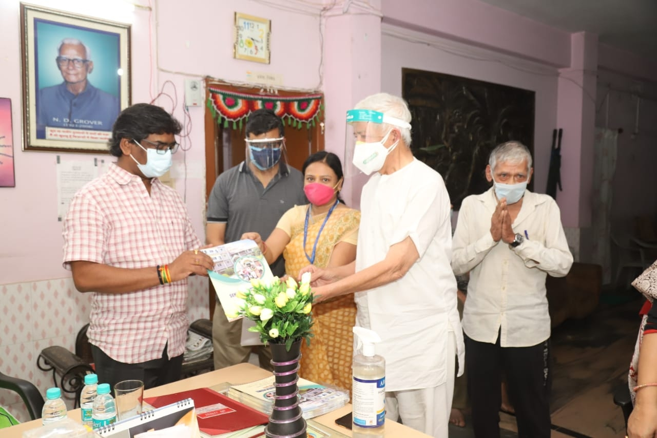 <p>Ranchi बरियातू रोड स्थित नंदराज वृद्ध आश्रम पहुंचे मुख्यमंत्री श्री हेमन्त सोरेन। मुख्यमंत्री ने वृद्ध आश्रम में रह रहे वृद्धजनों से कुशल क्षेम पूछा।</p>
