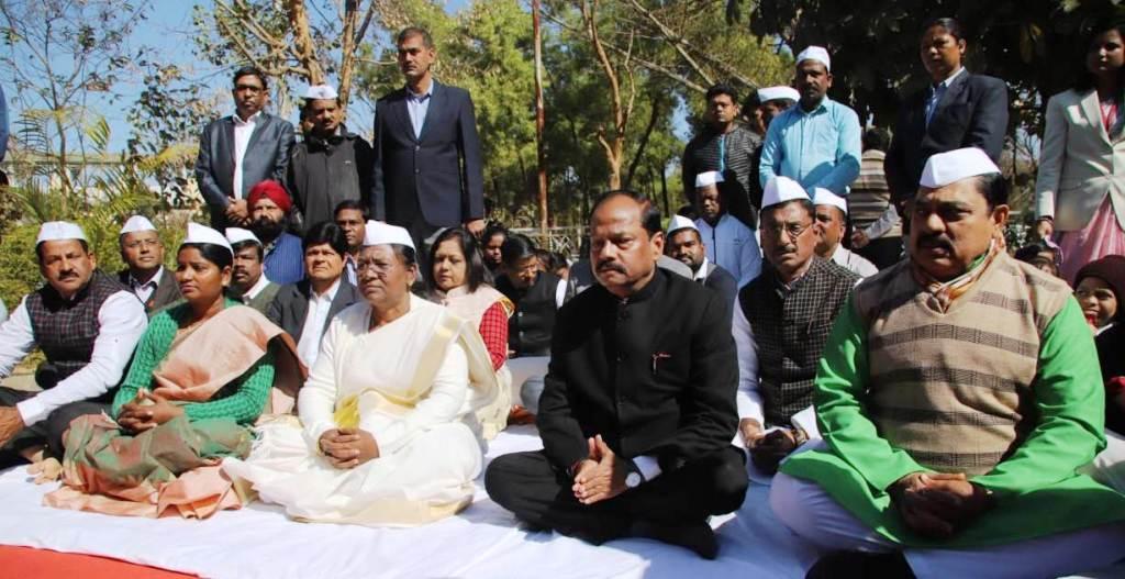 <p>राष्ट्रपिता महात्मा गांधी की पुण्यतिथि पर झारखण्ड की राज्यपाल द्रौपदी मुर्मू और मुख्यमंत्री रघुवर दास ने मोरहाबादी मैदान, रांची में उनकी प्रतिमा पर माल्यार्पण कर श्रद्धाजंलि अर्पित…