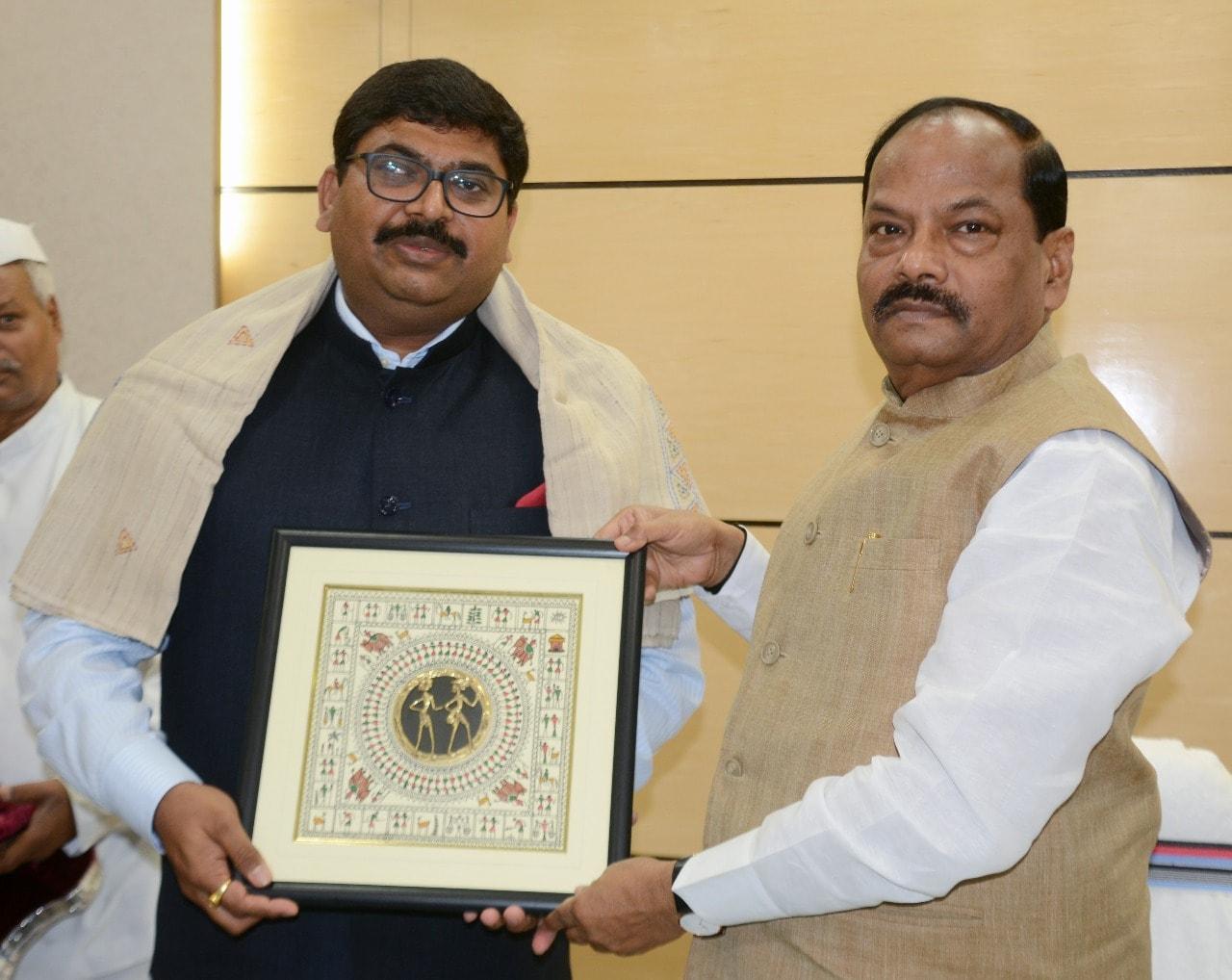 <p>झारखंड मंत्रालय में मुख्यमंत्री श्री रघुवर दास से Shri Bishwadip Dey, Ambassador, Trinidad & Tabago, HCI Port of Spain ने भेंटवार्ता की।</p>
