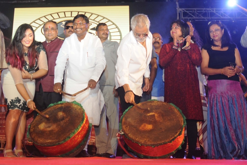 <p>Former Jharkhand Chief Minister Arjun Munda along with associated celebrities with the film industry beating traditional Nagara during the inaugural ceremony of<strong></strong>the…