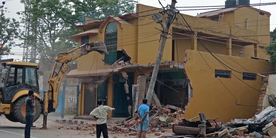 <p>कांटा टोली से कोकर जाने वाले मार्ग में एक साथ एक दर्जन जेसीबी घर मकान तोड़ने में लगाये गए हैं भारी संख्या में पुलिस बल भी तैनात हैं, लोगो मे भारी आक्रोश, सुबह 6 बजे से भूमि अधिग्रहण…
