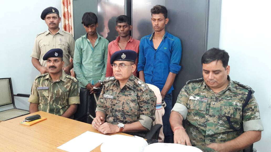 <p>Ten Maoists including three female Naxals surrendered in Lohardaga.</p>
