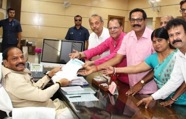 <p>मुख्यमंत्री रघुवर दास से बंगाली एसोसिएशन, झारखंड का प्रतिनिधिमंडल झारखंड मंत्रालय में मिलकर राँची में बन रहे रवीन्द्र भवन के लिए आभार प्रकट किया।</p> <p>प्रतिनिधिमंडल ने मुख्यमंत्री…