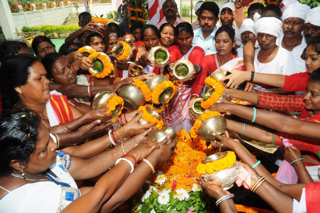 <p>Descendants ofJharkhand's first freedom fighter Birsa Munda payinghisfloral tribute on the occasion of hisdeath anniversaryat Birsa memorial in…
