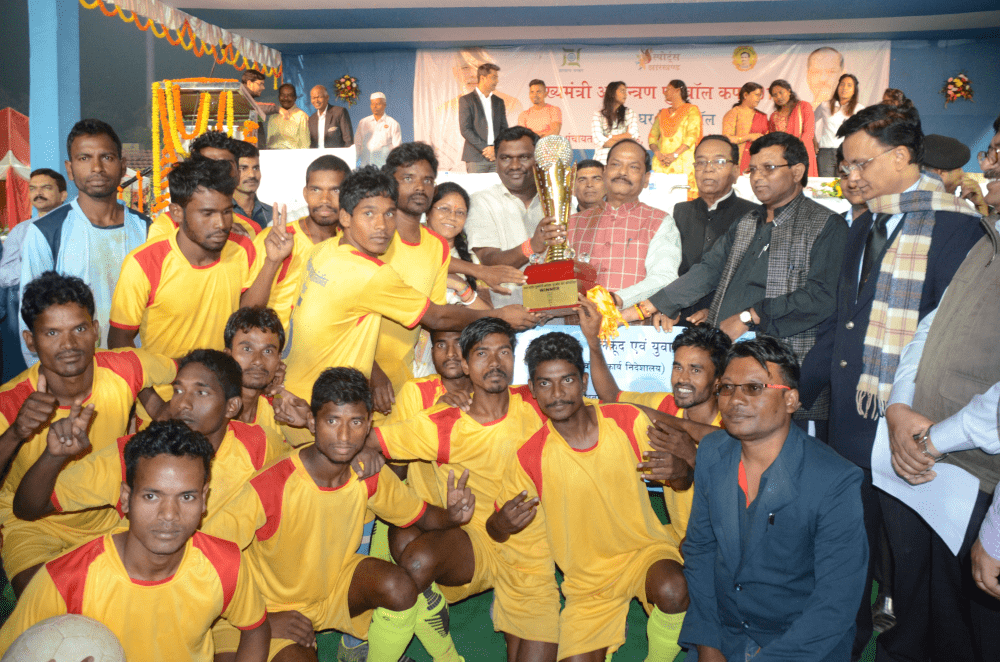 <p>Chief Minister Raghubar Das addressed people at closing ceremony of Chief Minister Invitation Football Cup 2017 at Birsa Munda Football Stadium</p>