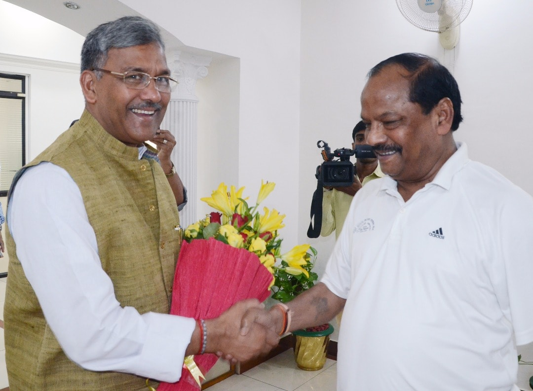 <p>Uttarakhand's Chief Minister Trivendra Singh Rawat (L) being welcomed by Jharkhand Chief Minister Raghubar Das in Ranchi on Monday</p>