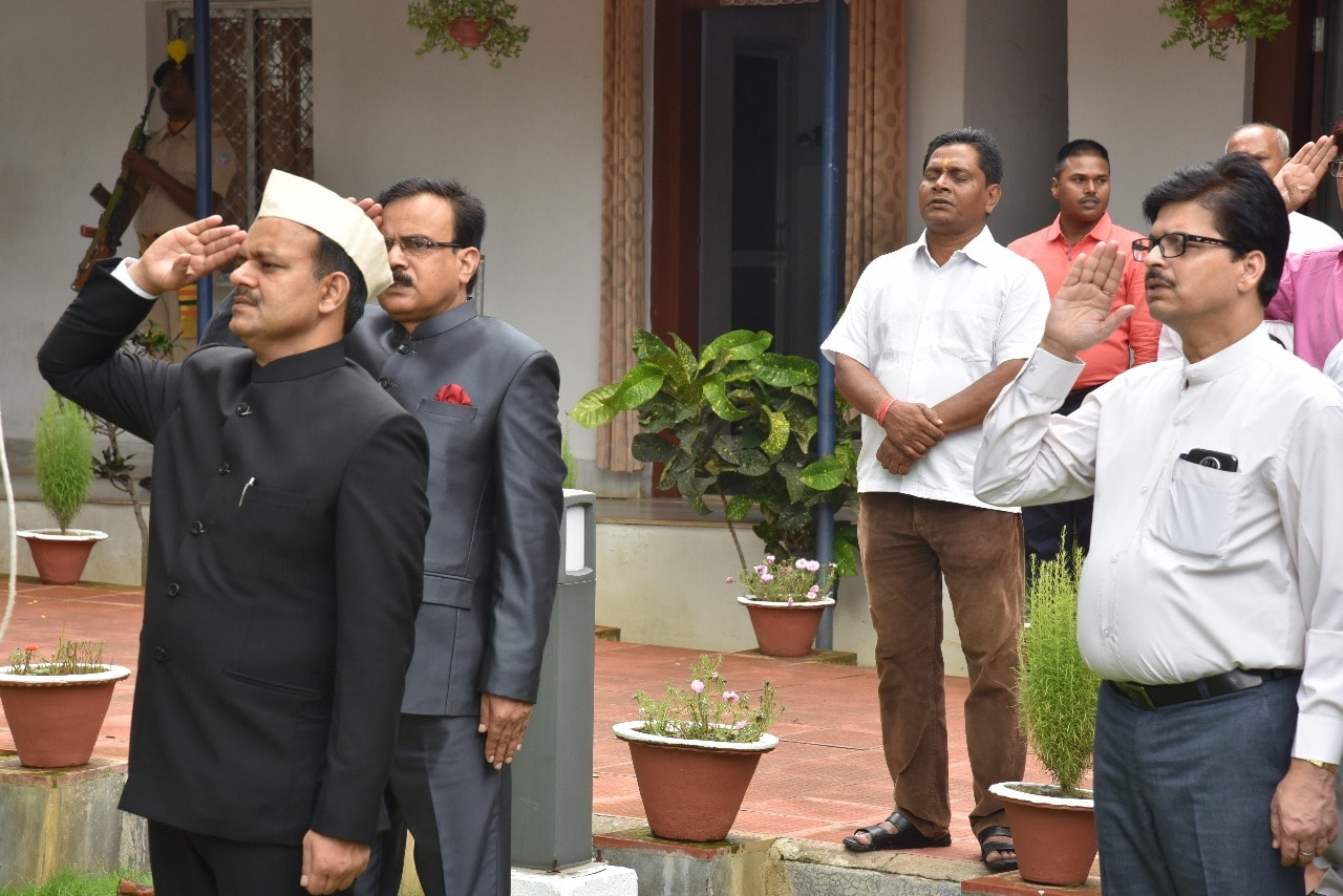 <p>मुख्यमंत्री के प्रधान सचिव डॉ. सुनील कुमार वर्णवाल ने मुख्यमंत्री सचिवालय में झंडोत्तोलन किया |</p>