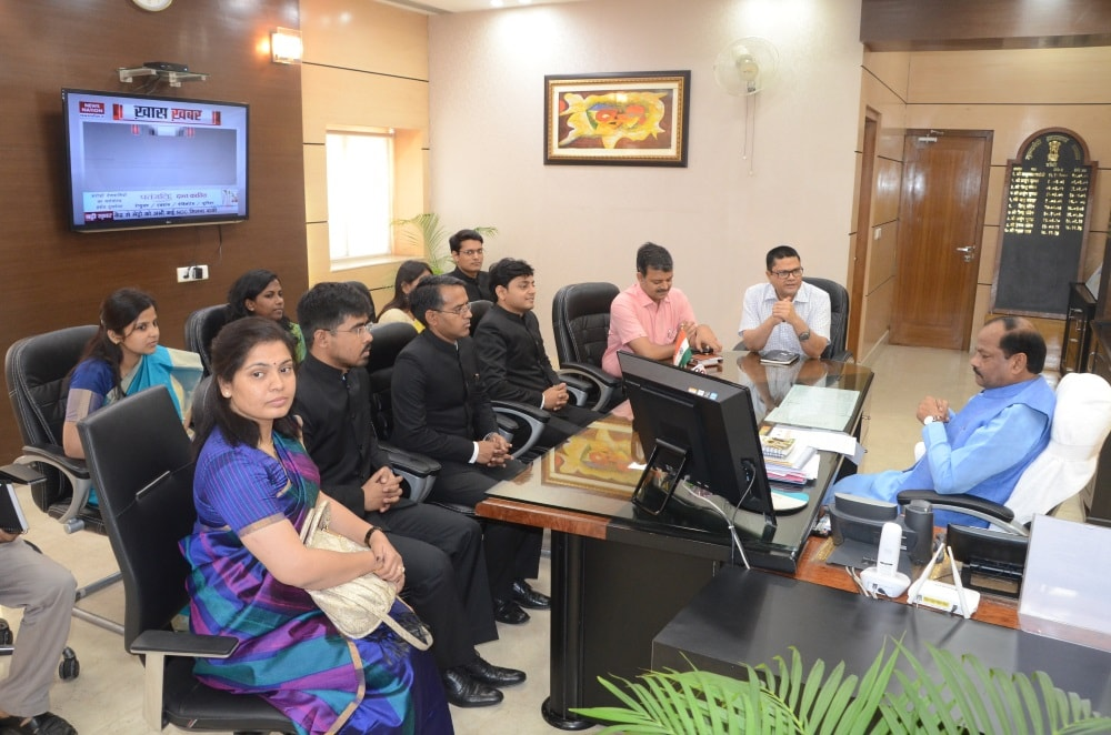<p>Jharkhand batch IAS  Probationers of 2015 batch met Chief Minister Raghubar Das who told them to work in the interest of the people. </p>